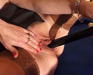 Sexe lesbien avec matures salope aux gros seins sur un billard
