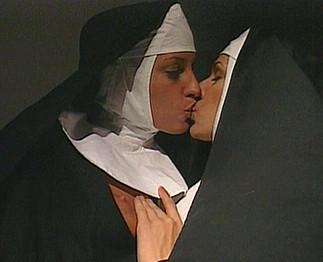 Téléchargement de Vieux pervers abuse de jeunes bonnes soeurs