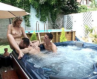 Infirmière salope avec deux hommes bisexuels