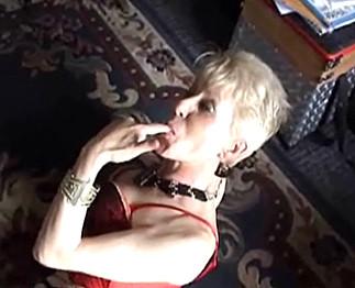 Fistage anal d'une vieille femme