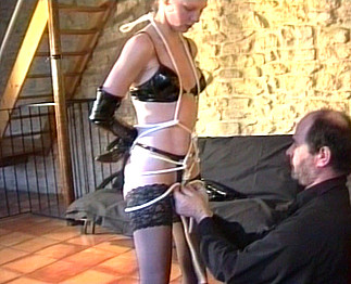 Blonde sado maso humiliée et soumise par son maître !