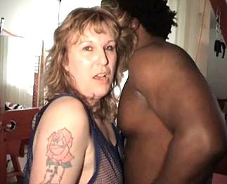 Une vieille amatrice aux tr�s gros seins baise avec son voisin black !