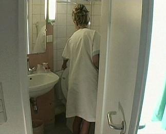 Vieux se tape sa bonne dans la salle de bain Video Sexdenfer