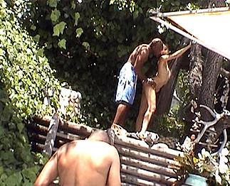 Téléchargement de Katsuni à la piscine avec des blacks très membrés