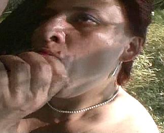 Téléchargement de Grosse femme poilue baisée dans les bois
