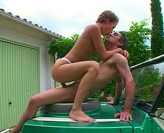 Laveuse de voiture se fait sodomiser par son mec