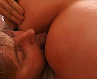 Homme mûr baise une grassouillette à gros seins