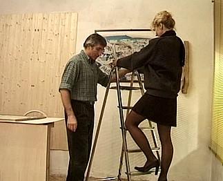 Téléchargement de Une mature blonde se laisse tenter par son ouvrier