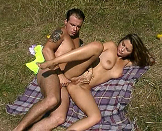 Sabrina Ricci fait l'amour avec un homme dans la nature  1