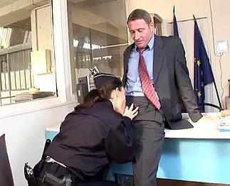 Téléchargement de Une policière sexy négocie un peu plus de vacances
