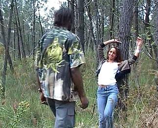 Elle fait du stop et rencontre un black qui va lui démonter l'arrière train !