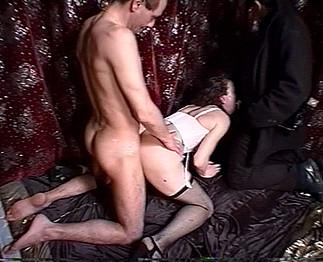 Une mature offerte à son mari et le photographe