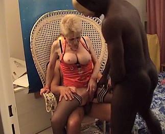 Les escapades interraciales d'une vieille nympho