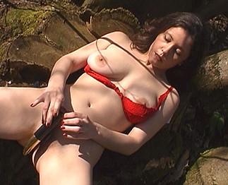 Amatrice poilue à gros seins se gode dans la forêt