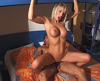 Tania, une blonde aux yeux bleus hyper sexy !