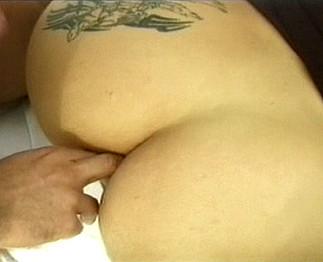 Brunette tatouée enculée dans un champ