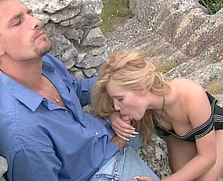 Il baise sa jeune copine dans la nature
