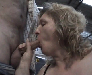 Vieille mature pulpeuse suce en gang bang