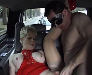 Coquinette baise à l'arrière d'une voiture