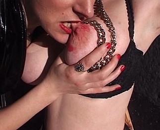Téléchargement de Léa subit un bondage des seins par une autre femme