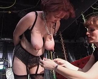Léa subit un bondage des seins par une autre femme
