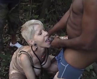 Coquinette lèche plusieurs gars dans les bois