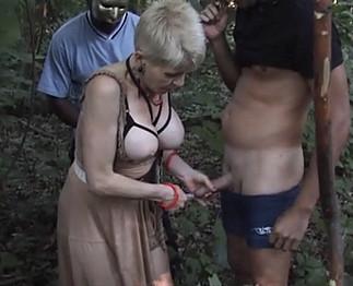 Coquinette suce plusieurs mecs dans les bois
