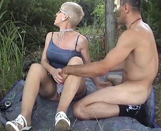 Coquinette s'exhibe en baisant au bord du lac