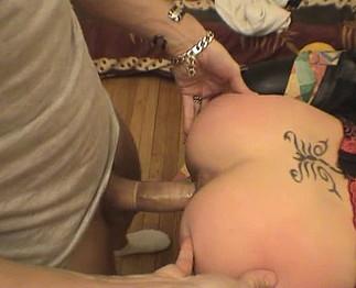 Sophie, une amatrice tatouée qui baise bien