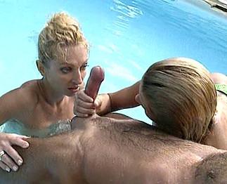 Mec baise avec deux jolies filles à la piscine