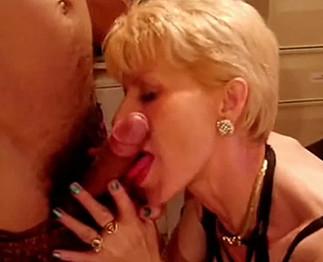 Coquinette : mature blonde qui suce des bites