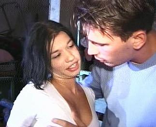 Il baise sa copine vietnamienne dans la grange