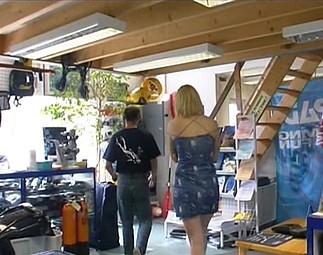 Téléchargement de Julie prise en double par son mec et le vendeur