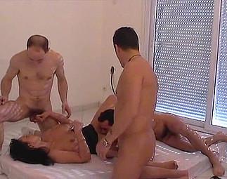 3 ouvriers se tapent la salope de proprio - 4 4