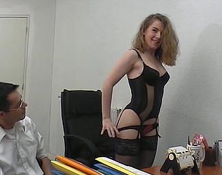 Sexe : Casteuse encule une blondeet son mâle avec un gode