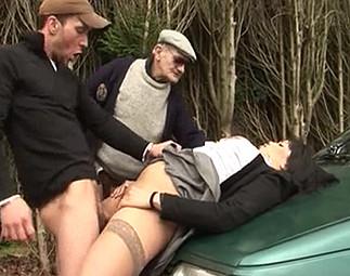 Sans argent la salope doit baiser avec le taxi…