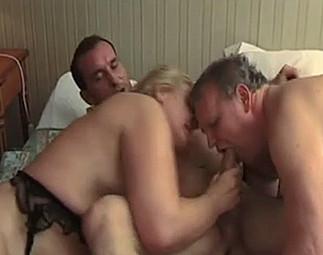 Vieux bi se fait enculer par l'amant de sa femme