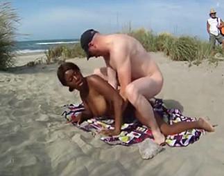 Chaude black se trouve 2 voyeurs sur la plage