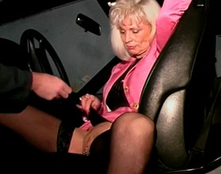 Téléchargement de Chaude cliente sautée sur le capot de sa voiture