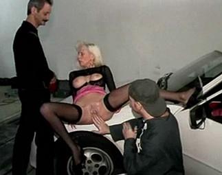 Chaude cliente sautée sur le capot de sa voiture Video Sexdenfer