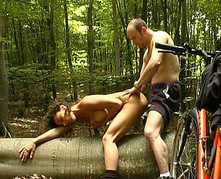 Grosse baise dans le bois