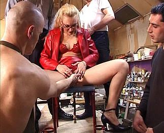 Téléchargement de Femme mûre prise par 4 hommes