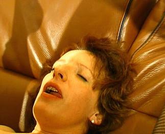Mère de famille avec une bite dans le cul
