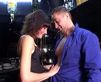 Libertine baisée dans un club privé