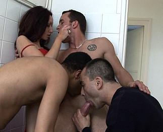 Une beurette en chaleur avec 3 mecs bisex !