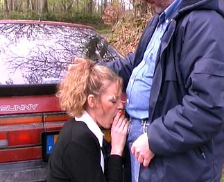 Vieux baise une jeune étudiante qui fait du stop !