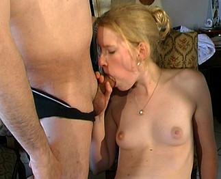 Belle blonde de 21 ans partouzée par 4 mecs