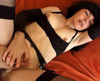 Je baise sa femme mûre et filme pour son plaisir