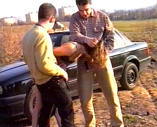 Trio: Ils la prennent sur le capot de la voiture