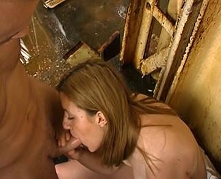 Sarah dans son premier film porno amateur